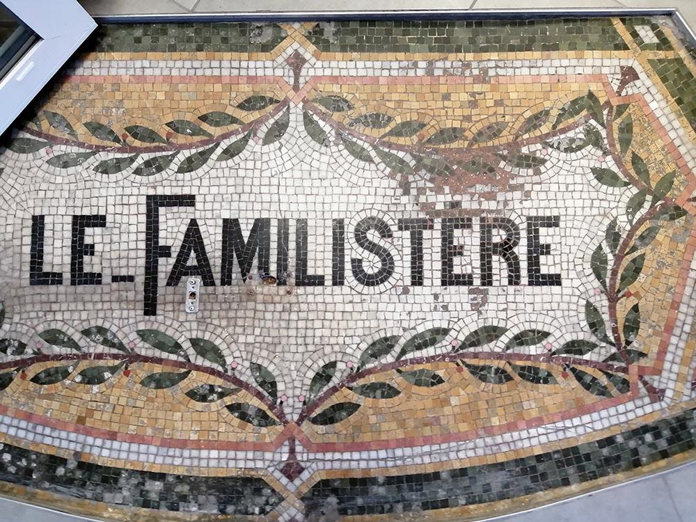 Mosaïque située à l'entrée de la succursale n°48, à l'angle des rues du Barbâtre et de Contrai