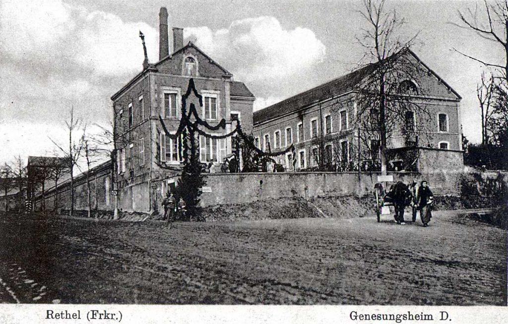 La filature-tissage transformée en maison de convalescence pendant l'occupation de 1914-1918. La façade de la conciergerie et des bureaux est décorée de guirlande végétal