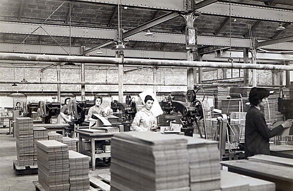 Des ouvrières travaillant dans la cartonnerie Martin-Guillemin