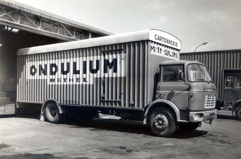 """Camion Ondulium avec l'inscription """"cartonnerie Martin-Guillemin"""", 1950"""